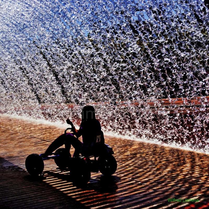 Jugando con agua F00174-2 Wifred Llimona · Fotos artísticas estilo de vida